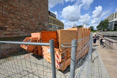 Stehen in der Chemnitz Innenstadt am Roten Turm: Abfall-Container. Passanten finden das unpassend, nicht zuletzt wegen des Lärms.