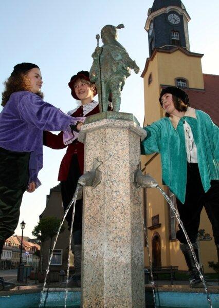 """<p class=""""artikelinhalt"""">Frances Steger, Linda Hartmann und Josephine Sonne (v. l.) von der Theatergruppe der Evangelischen Mittelschule Lunzenau spielten eine Szene aus dem Leben vom Prinz Lieschen zur Einweihung der Brunnenfigur auf dem Lunzenauer Markt. </p>"""