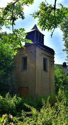 Gesichert, aber immer noch nicht saniert: die alte Trafostation im Ortsteil Mühlbach.
