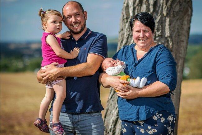 Christin Enderlein mit ihrem Ehemann Rico sowie den beiden Töchtern Erna (2 Jahre) ) und Else, die Ende Juli geboren wurde.