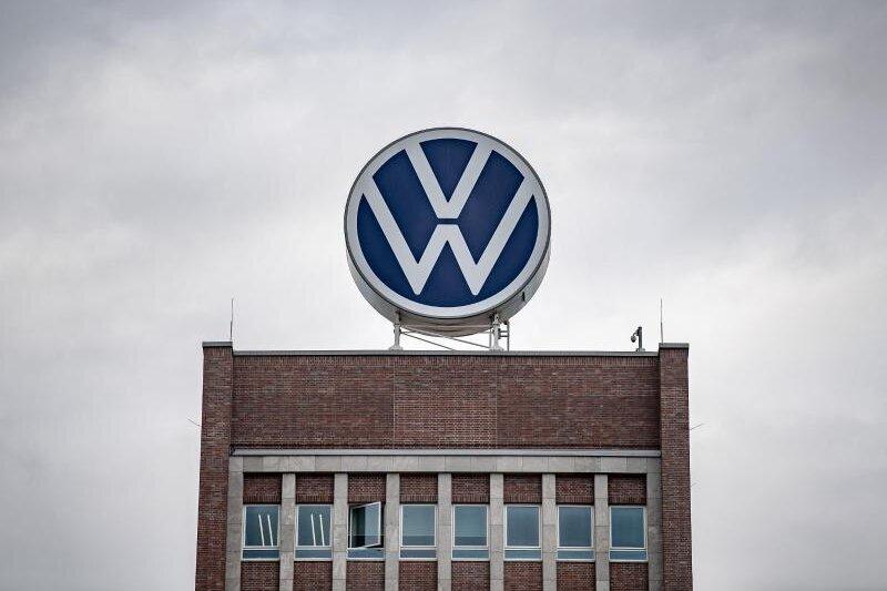 Ein großes VW-Logo steht auf dem Verwaltungshochhaus vom Volkswagen Werk.