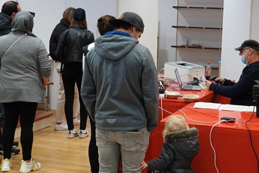 Bei den mobilen Impfteams lassen sich - wie hier am Samstag in den Zwickau Arcaden - wieder mehr Menschen gegen Corona impfen.