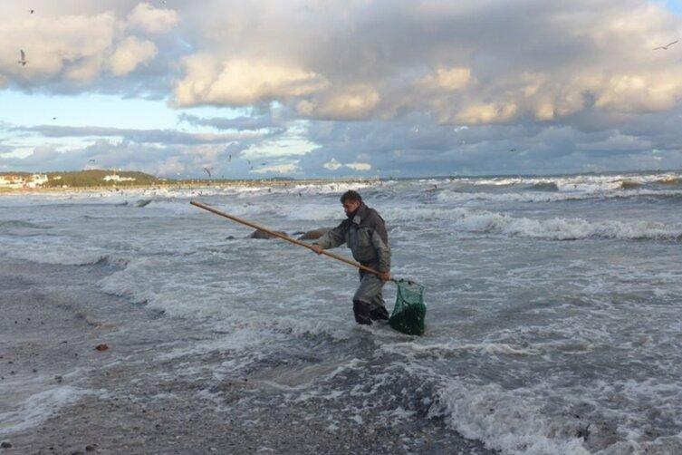 Bei Windstärke fünf holt Finbarr Corrigan die Anspülungen des Sturms mit dem Kescher aus dem Meer. Für ein paar Kilo Bernstein bewegt er Tonnen von Schlick und Steinen.