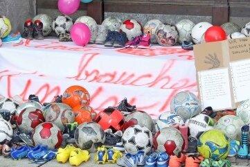 Kleine Fußballschuhe vor dem Werdauer Rathaus.