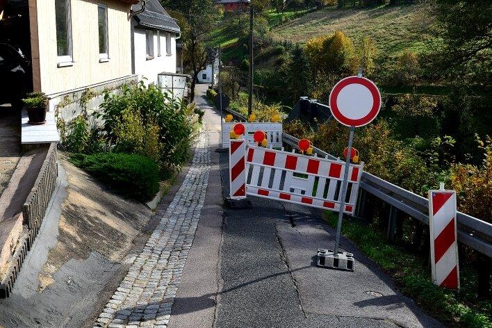 Die Bergstraße im Rossauer Ortsteil Schönborn-Dreiwerden ist eingebrochen und deshalb gesperrt.