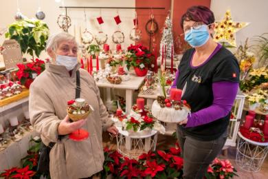 Auf der Suche nach weihnachtlicher Dekoration wurde Gudrun Weick am Samstagnachmittag im Geschäft von Floristin Andrea Schellenberger (v.l.) fündig.