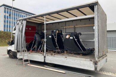 Drei Baggerschaufeln, die viel zu schwer für den Transporter waren, fanden die Beamten auf der Ladefläche.