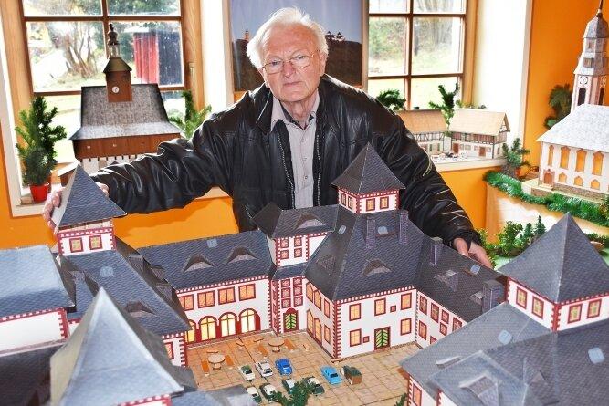 Günther Siegert mit einem Modell der Augustburg.