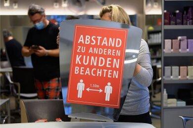 Sie wirken - Hygieneregeln, wie hier in einem Friseursalon in Dresden.
