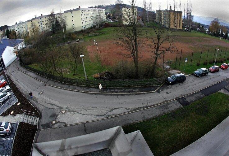 Der Straßenbereich vor der jetzigen Sportplatz-Zufahrt, die hier durch einen Pkw leicht verdeckt wird, ist für das Anlegen eines Wendehammers vorgesehen. Die von links kommende öffentliche Straße wird dann dort enden und hinter einem Tor zu einem privaten Weg.