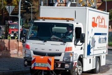 Eine Ölwehr beseitigte die Ölspur im Rochlitzer Stadtgebiet, wie hier am Brückenplatz. Zuvor war die Feuerwehr im Einsatz.