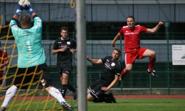 Eine der wenigen guten Chancen des SSV im Spiel hatte Philipp Sacher (r.), der hier den Claußnitzer Schlussmann Silvio Weber prüft.