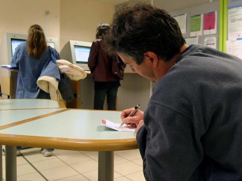 Arbeitslosengeld II können alle Bedürftigen im Alter von 15 bis unter 65 Jahren erhalten