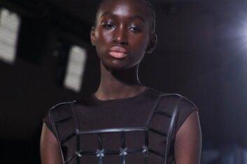 Ein Model präsentiert eine Kreation bei einer Modenschau in Paris. Sehr glücklich sieht sie dabei nicht aus ...