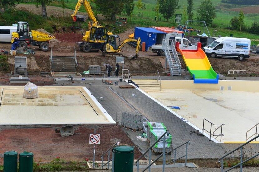 Der aktuelle Blick auf die Baustelle Freibad Hainichen. Links ist das Planschbecken für Kleinkinder, rechts das große Becken mit der neuen Wellenrutsche im Nichtschwimmerbereich.