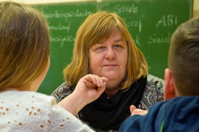 Praxisberaterin Elke Rössel mit Schülern der 7. Klasse in der Goethe-Oberschule in Breitenbrunn.