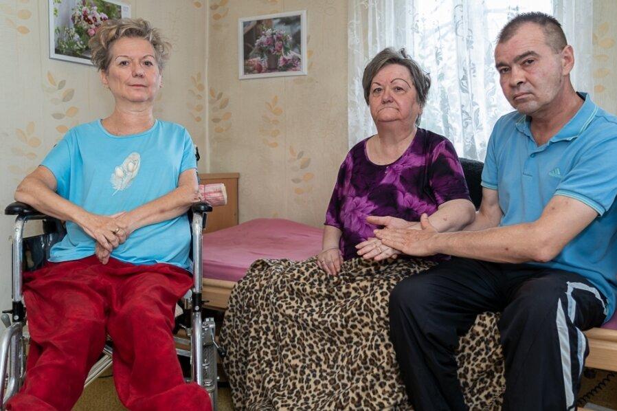 Carmen Luzius (links) und Karin Zitterbart mit Pfleger Daniel Chetkowski: Die gelähmten Schwestern sind auf Hilfe angewiesen.