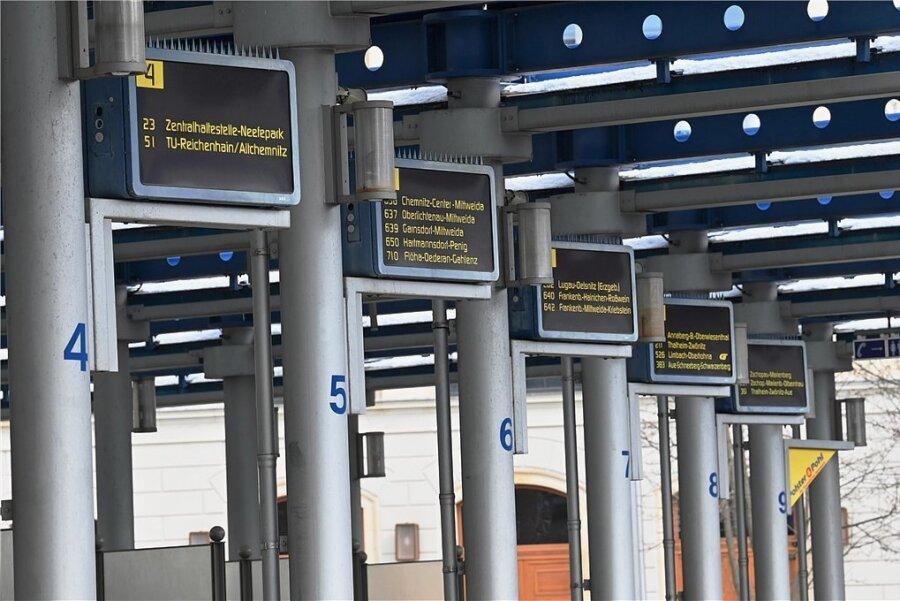 Abfahrtsstände am Busbahnhof am Chemnitzer Schillerplatz. Die Anlage soll mittelfristig Platz machen für Neubauten der Technischen Universität. Umstritten ist, ob und wo es einen neuen Busbahnhof geben soll. Foto: Andreas Seidel