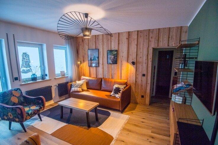 Eins der Wohnzimmer. Die Chalet-Wohnungen können im Internet gebucht werden.