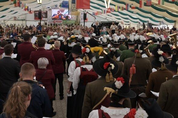 Ein volles Festzelt beim Blasmusikfestival 2019. Solche Bilder wird es dieses Jahr im Kurort nicht geben. Das Festival fällt erneut aus.