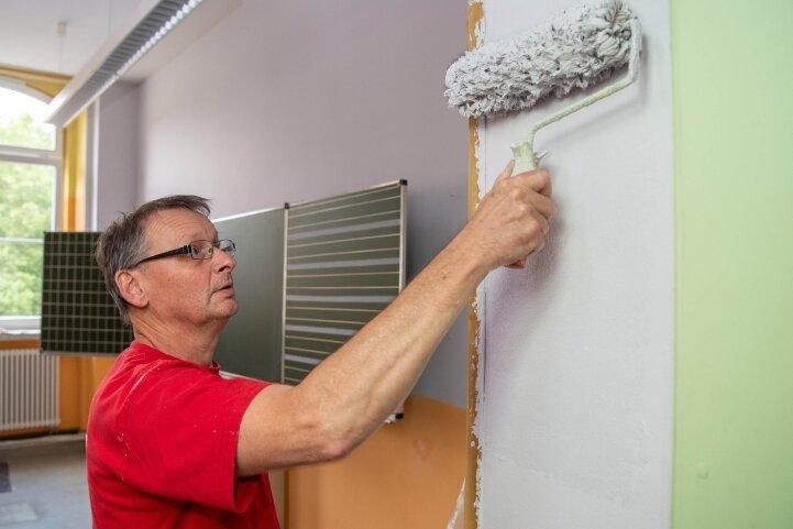 Malermeister Reiner Knoll streicht in den Sommerferien drei Klassenräume der Rochlitzer Regenbogen-Grundschule.