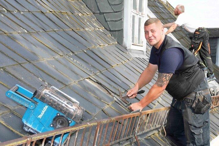 Philipp Hummel ist derzeit mit Arbeiten am Dach des Blankenhainer Schlosses beschäftigt.