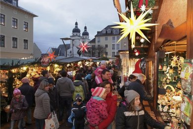 Ein Bild wie aus einer längst vergangener Zeit: Dicht gedrängt ging es wie hier auf dem Archivfoto oft auf dem Plauener Weihnachtsmarkt zu. Das wird so nicht mehr möglich sein - wenn er überhaupt stattfindet.