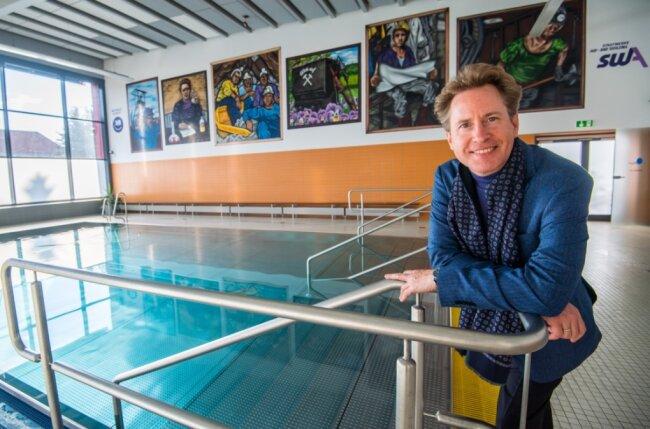 Jens Georg Bachmann ist Generalmusikdirektor und Chefdirigent der Erzgebirgischen Philharmonie Aue. Ein Bläserquintett des Ensembles spielt am morgigen Donnerstag in der Schwimmhalle in Aue. Dort schaute sich Bachmann die Bilder an, vor denen die Musiker Aufstellung nehmen werden.