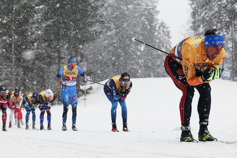 Jonas Dobler nutzte wie die meisten in der klassischen Technik einen Aufrau-Ski, bei dem auf Steigwachs verzichtet wird. Die aufgeraute Fläche auf dem mittleren Skibereich sorgt für den Abdruck am Anstieg. Norwegens Startläufer Paal Golberg griff mit dem Wachsski daneben.