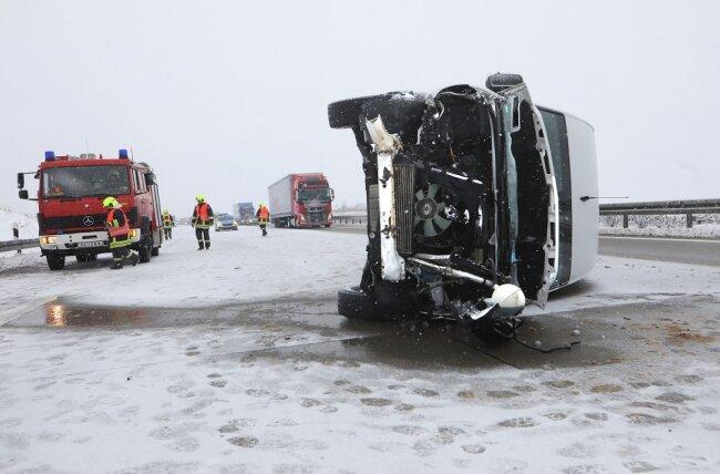 Auf der A4 bei Hohenstein-Ernstthalgeriet ein Kleintransporter auf schneebedeckter Fahrbahnins Schleudern.