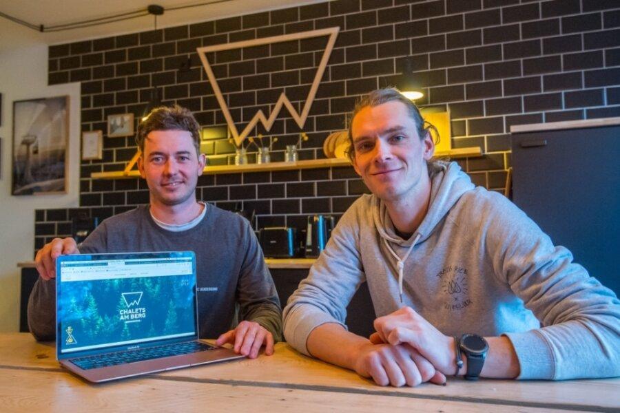 Steven Busch (l.) und Christoph Weiser sind die Macher hinter den beiden neuen Erzgebirgs-Chalets, die sich in der Karlsbader Straße befinden.
