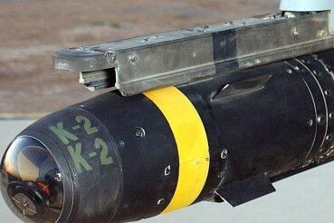 """Eine """"Hellfire""""-Rakete an einer Drohne."""