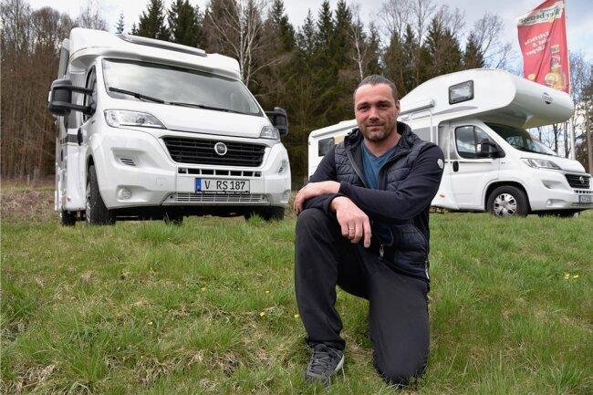 Not macht erfinderisch: Pierre Stengel vom Landhaus Adorf empfängt Gäste im Wohnmobil. Bestellt wird per Handy, das Essen an die Tür gebracht. Wohnmobile stehen dafür auf dem Parkplatz bereit.
