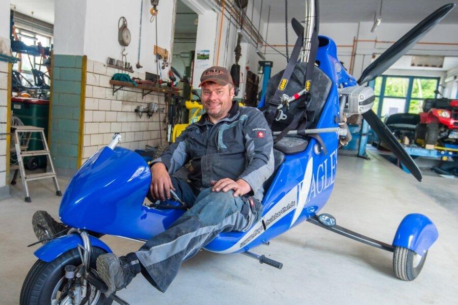 An der Lößnitzer Straße in Grünhain befinden sich die Flugschule und die Kfz-Werkstatt von Gunar Barthel. Auf dem Foto sitzt der Firmeninhaber in einem seiner Fluggeräte - einem Drachentrike.