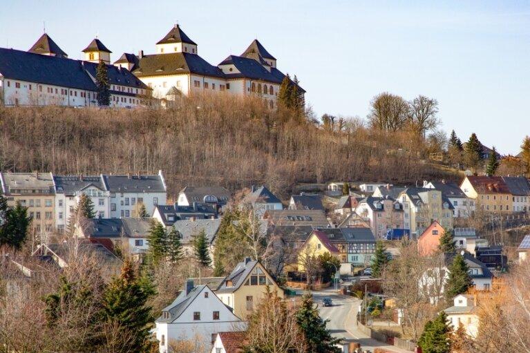 Augustusburg (Ortsansicht von Osten) will mit sicherer Gastlichkeit werben.