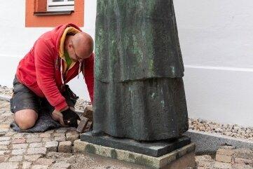 Mitarbeiter der Firma Delling Bau GmbH Claußnitz stellten das Denkmal wieder auf.