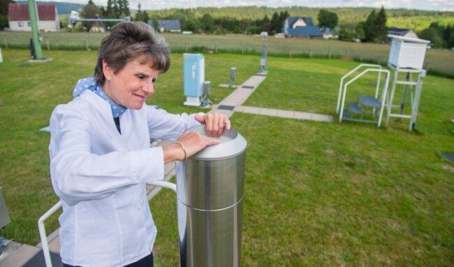 Petra Fude von der Regionalen Messnetzgruppe Potsdam des Deutschen Wetterdienstes schaut sich einmal im Jahr auf dem Messfeld in Weitersglashütte um und überprüft den Zustand der Geräte. Diese Anlage zum Beispiel ermittelt die Niederschlagsmenge.
