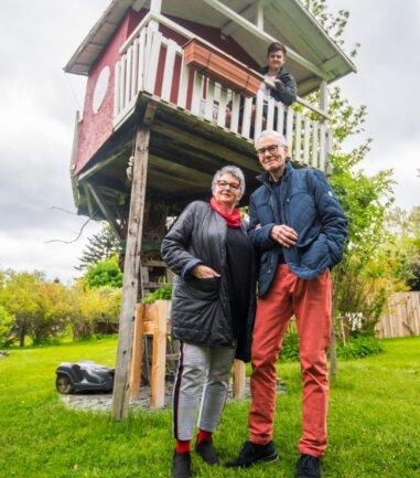 Siegfried und Birgit Müller im Garten ihrer Tochter in Aue. Dort hat der Großvater vor zwölf Jahren das Baumhaus für seinen Enkel Salomo gebaut. Der heute 16-Jährige (hinten) passt kaum noch unters Dach.