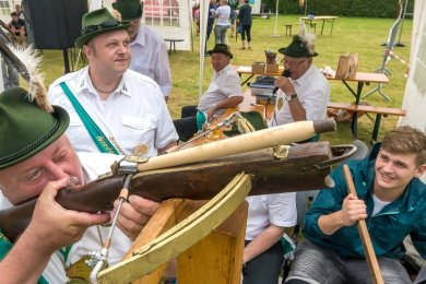 Der bis dato amtierende Niederlautersteiner Schützenkönig Thomas Wohlgemuth eröffnete am Sonntagnachmittag mit seinem Schuss den diesjährigen Wettbewerb.