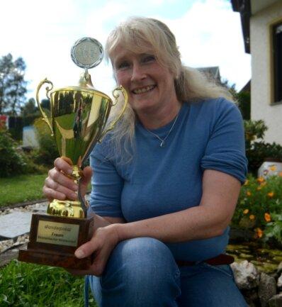 Eine von vielen Trophäen: Den Wanderpokal des Reichenbacher Nikolauslaufes sicherte sich Kristina Otto einst mit drei Siegen in Folge.