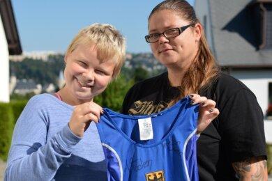 Stolz präsentieren Svea Martin und ihre Mutti Linda ein Trikot von Ringer-Olympiasiegerin Aline Rotter-Focken. Die 14-Jährige bekam gleich mehrere, um sie im Kampf gegen den Krebs zu unterstützen.