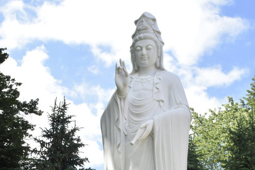 Acht Meter hoher Buddha in Adorf aufgestellt