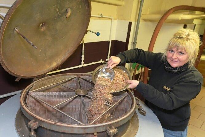 Der Eibenstocker Magenbitter wird bei Lautergold hergestellt. Produktionsleiterin Mandy Triebel füllt die Kräutermischung ein.