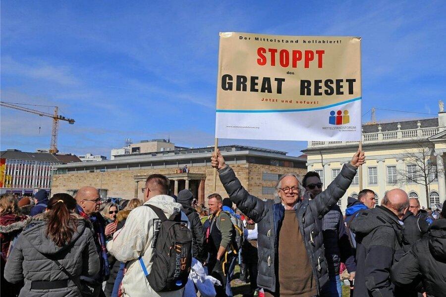 """Demonstranten in diesem Frühjahr, die in Kassel gegen den """"Great Reset"""" auf die Straße gehen. Sie befürchten, dass politische Eliten sowie einflussreiche Milliardäre den Plan verfolgten, die Weltherrschaft an sich zu reißen. Dazu, so die Verschwörungstheorie, hätten sie auch die Coronapandemie herbeigeführt."""