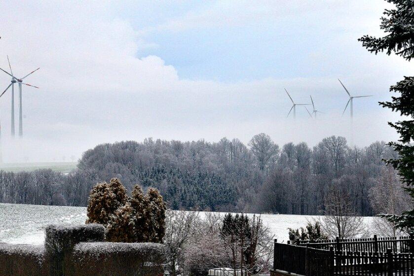 Trübe Aussichten für neue Windräder? Zumindest diese Exemplare bei Rossau liefern bereits erneuerbare Energie. Sie tauchen hier nur im Bodennebel ab.