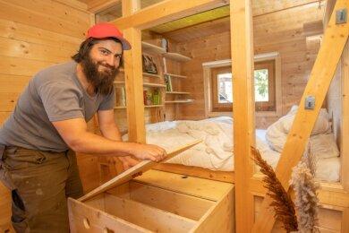 Philipp Siegel hat den Platz unter dem Doppelbett genutzt, um Stauraum zu schaffen.
