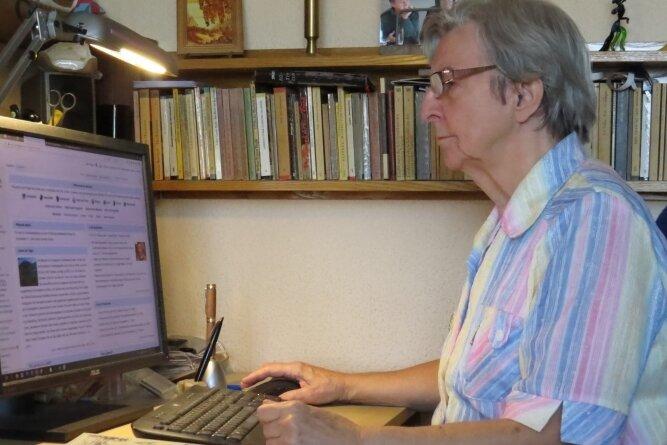 Monika Arnold an ihrem Computer. Im Schnitt fünf Stunden täglich investiert sie in ihre Recherchen und das Schreiben von Wikipedia-Artikeln. Fast700 Einträge im Online-Lexikon hat sie verfasst.