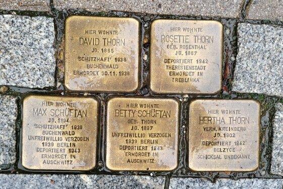 Fünf Steine wurden vor acht Jahren für mehrere Familienmitglieder verlegt. Ein weiterer Stein wurde im letzten Moment zurückgehalten.