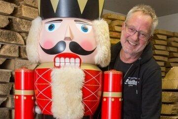 Tino Günther mit dem neuen Wächter des Seiffener Sternenmarktes.