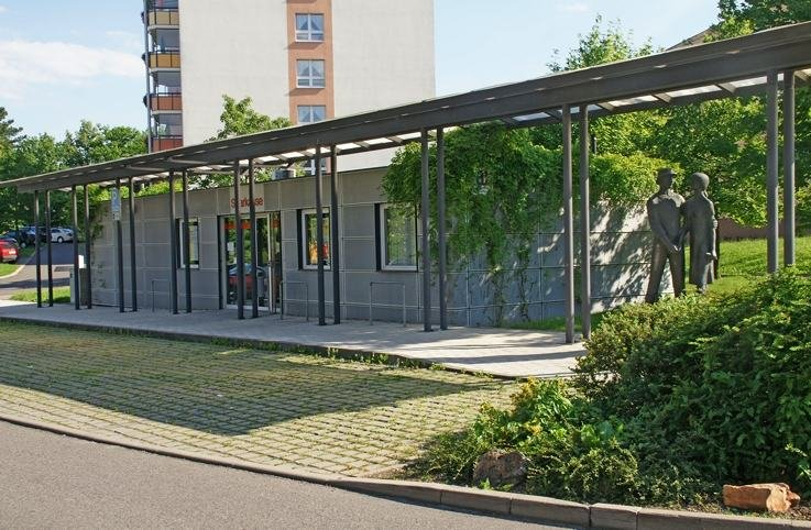 Die Sparkassen-Geschäftsstelle an der Fritz-Heckert-Straße in Flöha-Bernsdorf fungiert seit 1. August nur noch als Selbstbedienungsfiliale mit Geldautomaten und Kontoauszugsdrucker.
